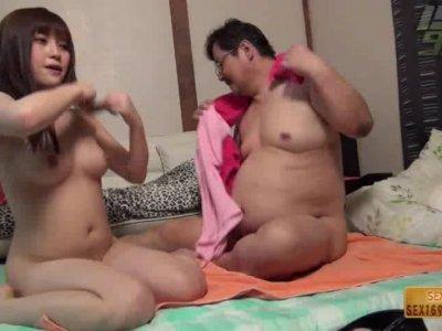 น่าอิจฉา ไออ้วนได้ซั่มกับสาวสวย ควยสั้นเหม็นน้องไม่กล้าอม ยอมให้เสียบหีเย็ดแล้วกันPorN
