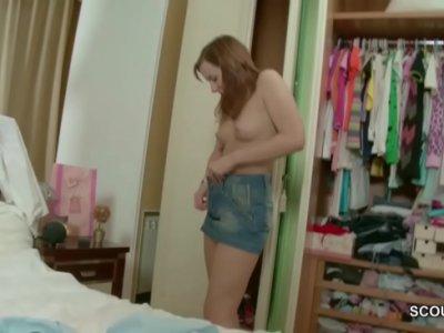 คลิปหลุดเผอิญมาเห็นน้องสาวกำลังเปลี่ยนชุดนอน เห็นนมหีแล้วเงี่ยนควย ลากมาขย่มXXXเย็ดหีคาเตียง เจอท่าน้องสาวขย่มตอควยเข้า