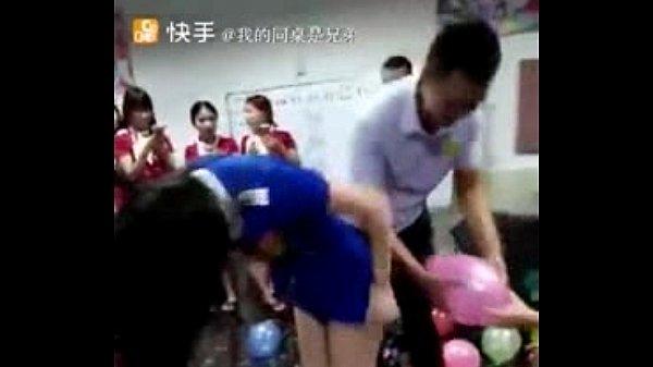 เด้าหีท่าหมาพนักงานบัญชี จัดงานปีใหม่แบบเสียวๆที่จีน เหมือนกับได้เย็ดจริงกระแทกไงก็ได้ให้ลูกโป่งแตก
