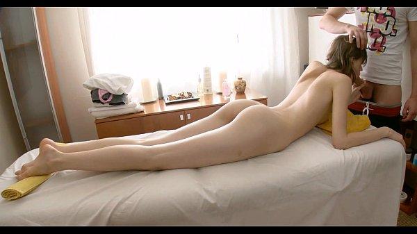 ดูคลิปโป๊ฟรีนวดนาบนักเรียนฝรั่งสุดสวย นอนแผ่หีอยู่บนห้อง เจอหมอนวดเสียบควยเข้าหีเต็มๆ