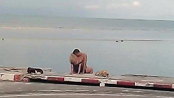 คลิปxxxหลุด เด้าข้างชายหาดเกาะสมุย ที่เป็นข่าวดังฝรั่งหน้าหีสองคน เย็ดกลางแจ้งไม่เกรงใจชาวบ้านขับรถผ่าน มาแก้ข่าวผมรักเมืองไทย